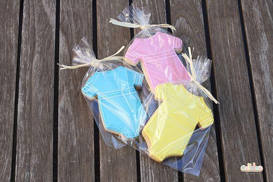 Packaging bolsa de celofan transparente de 10x15 cm, cerrado con lazada de rafia en blanca o color vainilla. Galleta artesana con forma de body 10,5 cm aprox. decorada con glasa real.  El precio es por unidad, ahora tu eliges el color que más te guste rosa, azul o amarillo y nos lo indicas en las observaciones cuando estes en el carrito de la compra o nos pones un mail al info@galletea.com  http://www.galletea.com/galletas-decoradas/bebe-bautizo/init/d/392/