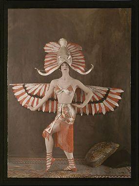 Déguisement féminin du Dieu égyptien Horus, vers 1921, Salon du goût français, autochrome © Musée des arts et métiers-Cnam
