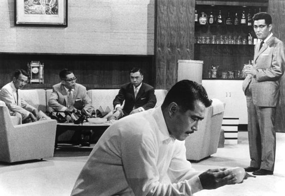El maestro japonés se adentró en el género policiaco y supo construir filosofía pura. En 'El Infierno del Odio' (1963), con una trama que no deja ni parpadear, Akira Kurosawa nos lleva a los complejos dilemas morales que surgen en una sociedad moderna que rezuma los lastres de un feudalismo inacabado.