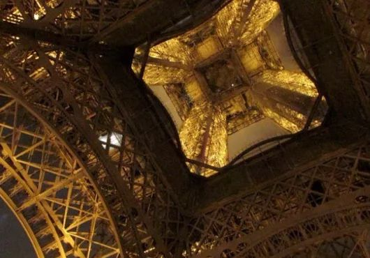 Isabella Marques apresenta O Charme Sinstésico de Paris e Sua Torre