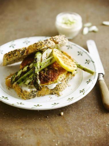 Kalkoenburgers met gegrilde asperges http://njam.tv/recepten/kalkoenburgers-met-gegrilde-asperges