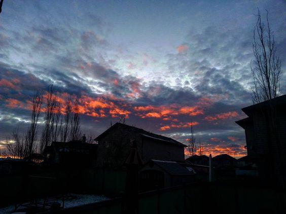 With all the overcast skies the last week it was weird seeing the sun. Also made for a nice #sunset . #photography #igyegers #IGyeg #exploreedmonton #explorecanada #lifeincanada #travelalberta #unlimitedcanada #adorablecanada #FotoStationTPS