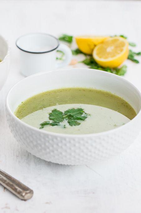 Sopa de brocoli, hojas verdes y alubias perfecta para un lunch rápido o una cena ligera. Está llena de cosas buenas para nuestro cuerpo y es deliciosa.