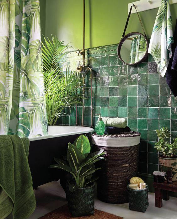 Ambiance tropicale dans cette salle de bains