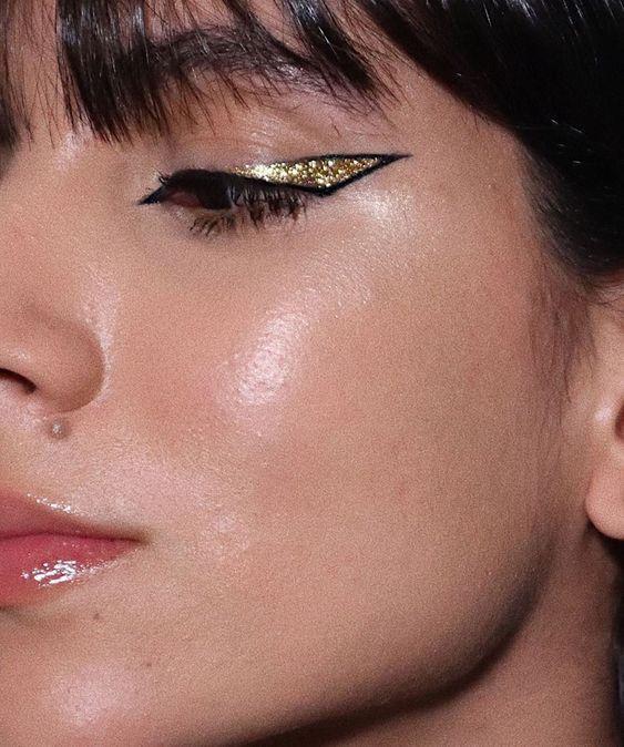 Babando nesse delineado vazado + glitter dourado que a maquiadora @nathaliebillio fez se inspirando na série Euphoria. Ela usou sombra…