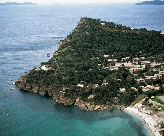 Vakantiepark Domaine de la Pinède is een geweldig vakantiepark aan de Côte d'Azur. Het domein is speels gebouwd op een glooiende, groene landtong (Cap Nègre). De appartementen zijn goed ingericht en geschakeld in clusters. Het geheel is zeer rustig en fraai gelegen. Een aflopend pad en enkele trapes leiden direct naar een baai met een intiem strand en een strandpaviljoen. Vakantiepark Domaine de la Pinède ligt direct aan het strand met strandpaviljoen en nabij Le Lavandou.