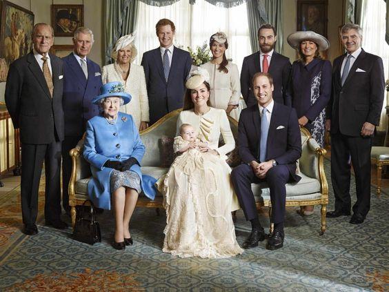 Il presente e il futuro della monarchia britannica in una sola foto: lo scatto di famiglia per il battesimo del principe George è un caso quasi unico nella storia (il solo precedente è della regina Vittoria, a metà ottocento) . Infatti nella stessa foto si possono vedere quattro