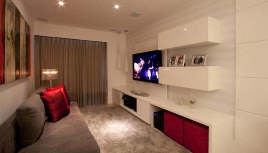 sofa cinza com almofadas azul e vermelho - Pesquisa Google