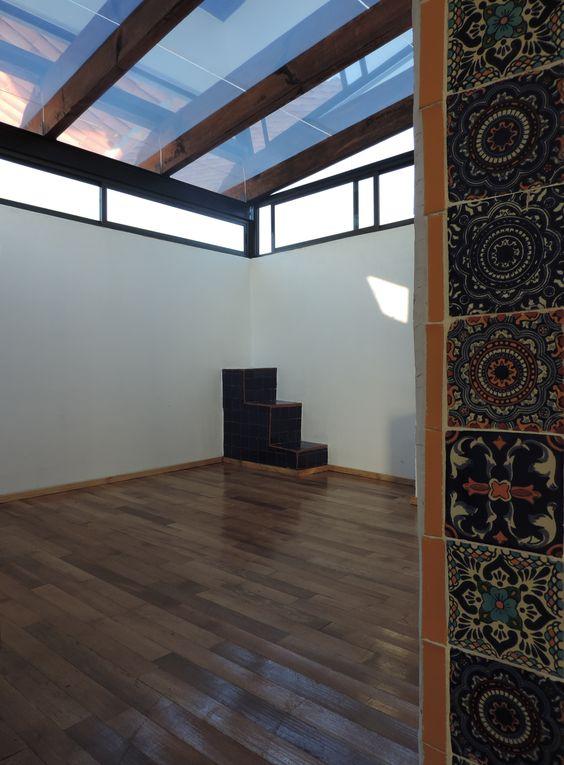 Se construyo un techo de vidrio con vigas de madera y se forro el piso con duela de madera - Techos de cristal para casas ...