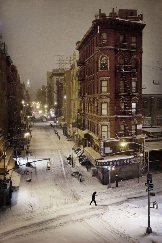 «Chinatown», New York, 2009. «La météo prévoyait la tempête du siècle. J'ai sauté dans l'avion à 17heures. Arrivé à New York, je n'ai vu que dix  centimètres de neige. Paralysée par le shutdown, la ville était vide, les quartiers bouclés, le métro fermé, la circulation interdite. J'ai parcouru toute la ville à pied pour faire cette photo de Chinatown, que j'ai prise au pied du Manhattan Bridge.»C jacrot