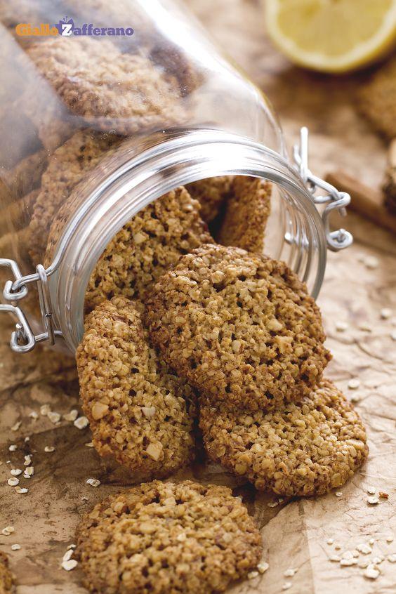 I #biscotti ai fiocchi d'avena (oatmeal cookies) sono assaggi croccanti…