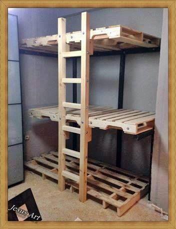 triple lits superpos s construit avec palettes small. Black Bedroom Furniture Sets. Home Design Ideas