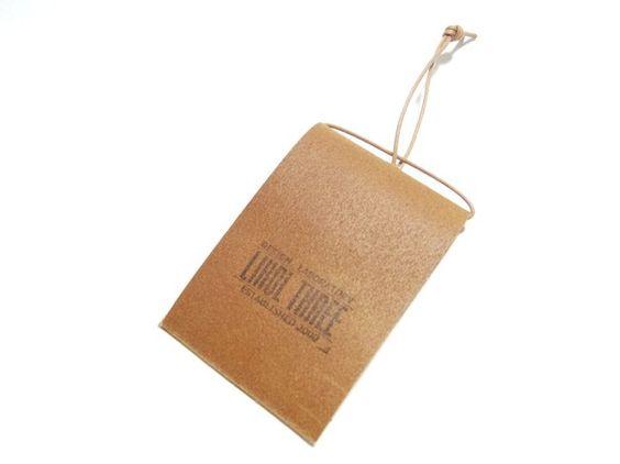 床革で作ったメモ帳ですA4サイズのコピー用紙やちらしなどを4等分した紙を穴に通して使用します ハンドメイド、手作り、手仕事品の通販・販売・購入ならCreema。