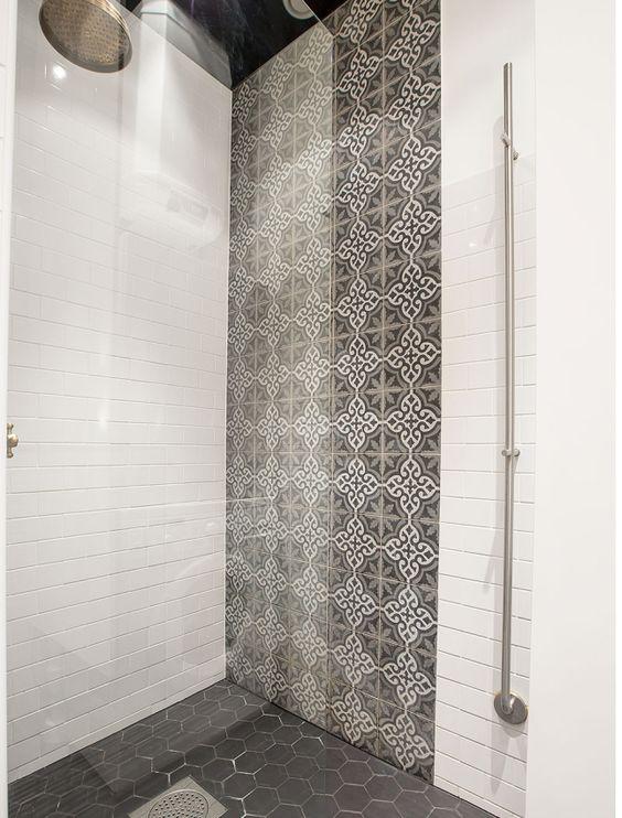 Superbe c ramique dans cette grande douche beaux motifs au mur et hexagones - Grande douche italienne ...