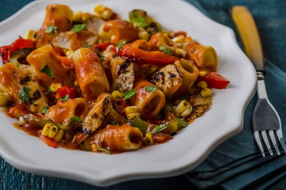 Pâtes au poulet de Louisiane----------------À la recherche de pâtes délicieuses, mais ultra-faciles à faire? Ces pâtes colorées au poulet grillé et aux légumes frais seront un franc succès pour toute la famille!