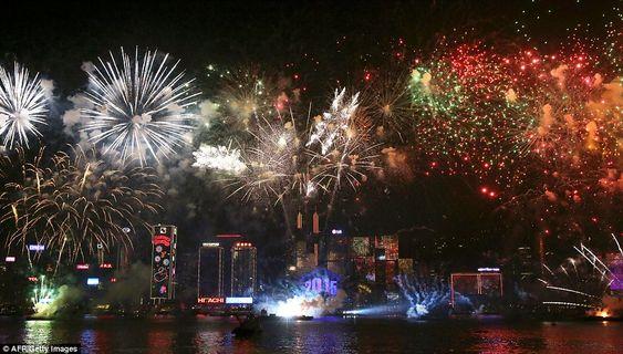 Bắn pháo hoa là hoạt động không thể thiếu ở Hongkong mỗi khi Tết đến xuân về