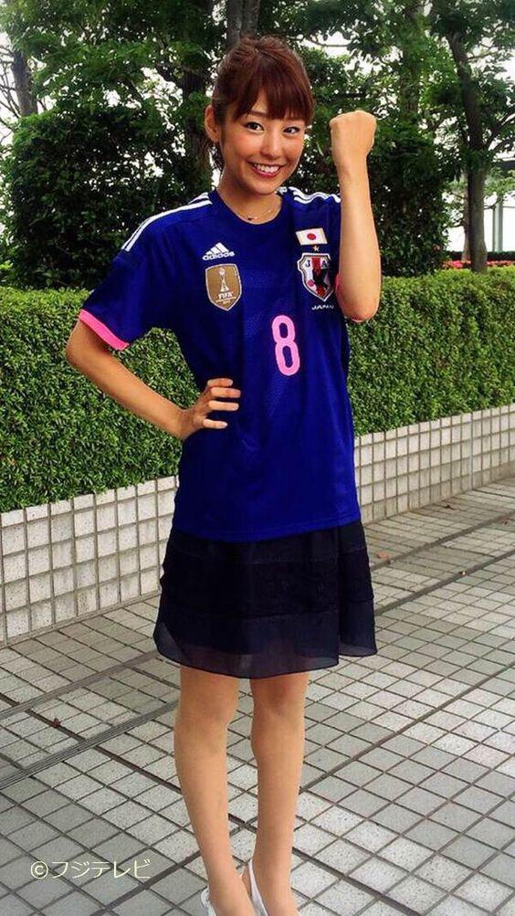サッカーのユニフォーム姿でガッツポーズを見せる岡副麻希の美人でかわいい画像