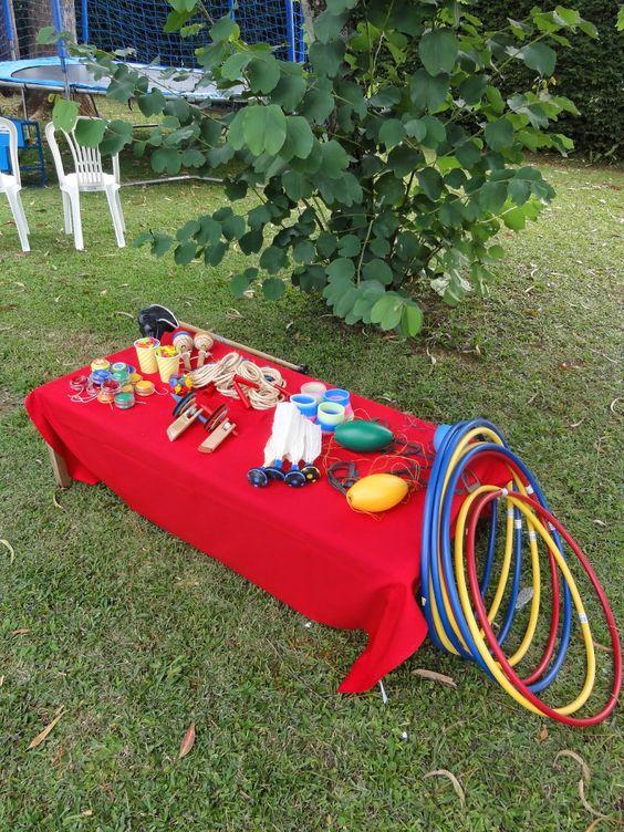 mesa com brinquedos