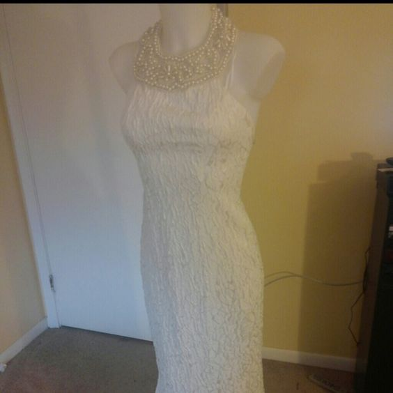 Flirtations white beaded formal trumpet style Flirtation by alfred angelo white beaded collar formal..is missing one of the hook and eyes and neck and has small discoloration on two of the neck beads. Hard to see Flirtations by alfred angelo Dresses