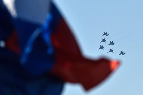 Offiziell bestätigt: Russland entsendet Truppen nach Syrien Epoch Times, Mittwoch, 9. September 2015 13:58 Jetzt ist es offiziell: Russland entsendet seine Truppen nach Syrien. Ziel ist es, den Islamischen Staat zu eliminieren. Die US-geführte Koalition konnte mit ihren Luftangriffen auf Syrien und den Irak bislang keine nennenswerten Erfolge gegen die Dschihadisten erzielen.