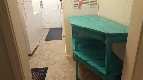 Pallet table for hallway
