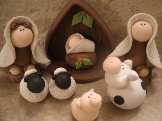 Un dulce Natividad set, compuesto por María, José, niño Jesús, un cerdo, una vaca, 2 ovejas y el establo.    Este es un diseño original que