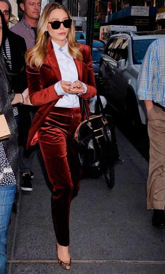 Street styl elook com terninho de veludo vermelho e camisa branca.: