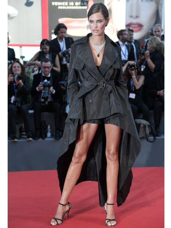 In einem Vokuhila-Trenchcoat Dress und einem unglaublichen Collier von Chopard schritt Model Bianca Balti über den Red Carpet der 73. Filmfestspiele von Venedig.