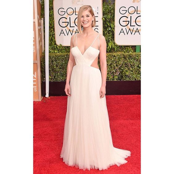 We love Rosamund Pike but we're not sure about her Vera Wang gown | Amamos a Rosamund Pike pero su Vera Wang no nos convence. #GoldenGlobes2015 #GoldenGlobes #RedCarpet #Fashion #Moda #eldiariodelamoda #Padgram