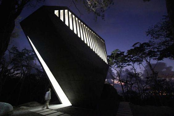 + Arquitetura :     Capela espetacular, desenvolvido pelo estúdio BNKR.