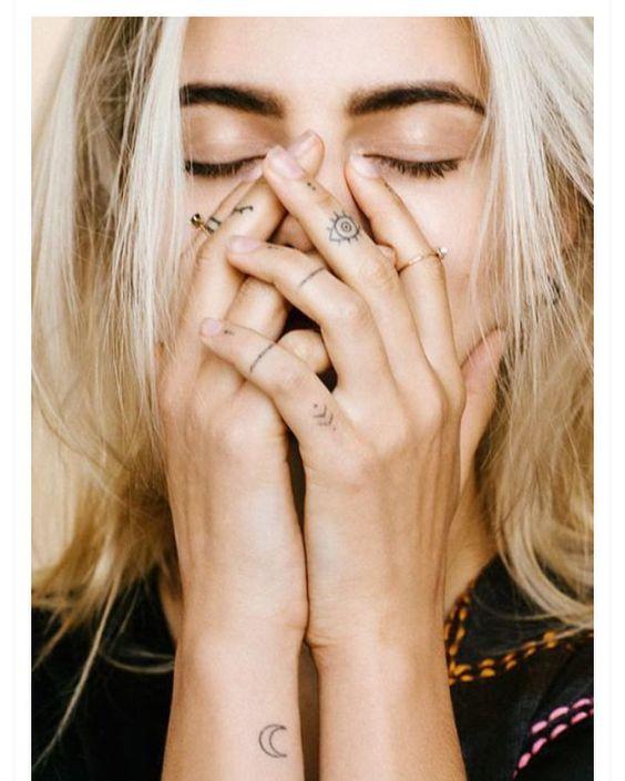 Inspiração tatuagens nos dedoss ❤️#vemver #lovelyca #blogdemoda #bloglovelyca ⬆️ Link na bio