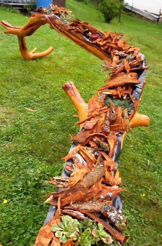 """Hallo Der Rest eines Pflaumenbaumes wird zu einem schönen Pflanzentrog mit der Motorsäge geschnitzt. Anschließend noch Geschliffen und mit Holzfarbe lasiert. Der Ast ist am Anfang vom Video ohne fremde Hilfe abgebrochen. Das Video wie ich den Blumentrog schnitze könnt Ihr auf meinem YouTube Kanal """"Larscarving"""" sehen. Viel Spaß"""