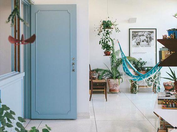 Proposta modernistas, ambientes integrados e uma varanda repleta de plantas trazem aconchego ao imóvel