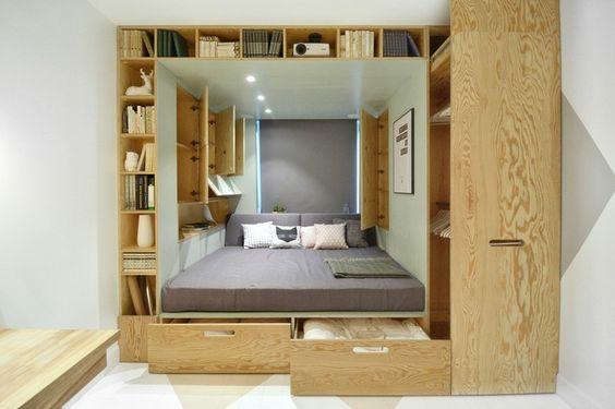 """INT2architecture a créé une chambre pour une jeune fille, qui dispose d'un lit intégré avec des rangements. Initialement, il y avait différents meubles autonomes: une armoire, une bibliothèque, une commode, un lit et un bureau. Les architectes ont proposé de combiner tous les meuble dans une moitié de la pièce, libérant ainsi l'autre moitié pour la création d'un nouvel espace. Ainsi une """"boîte"""" multifonctions a été créée, comprenant un système compact de stockage et un espace de couchage."""