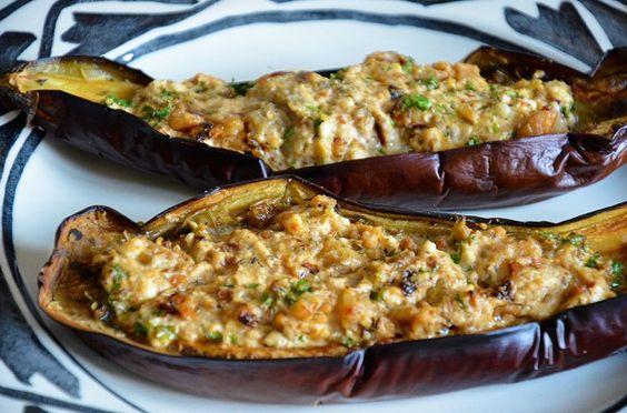 Ein wunderbares vegetarisches mediterranes Gericht aus dem Ofen: mit Schaf- oder Ziegenkäse gefüllte und überbackene Auberginen. Hier gibt es das komplette Rezept: http://www.ambiente-mediterran.de/auberginen-mit-schafskaese-vegetarisches-koestliches-und-einfaches-rezept#more-7441