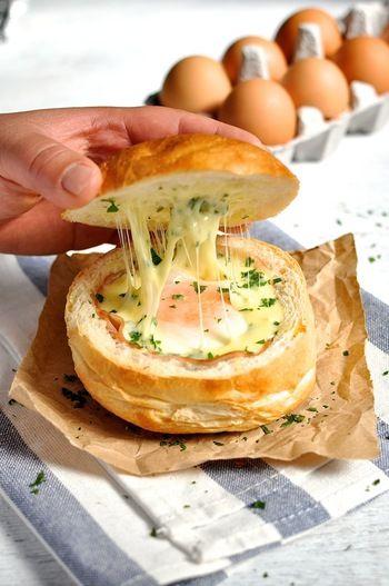 卵を半熟で仕上げるのが美味しく仕上げるコツですが、焼き時間はそれぞれのオーブンの強さに合わせて調整してください。  材料:ロールパン4個、ハムのスライス4枚、卵4個、細切りのモッツァレラチーズ1/2カップ、パセリのみじん切り大さじ1  作り方:①オーブンを180度に予熱しておきます。②ロールパンの上部をカットし、真ん中をくり抜きます。②くり抜いた穴にハムを敷きます。卵が染み出さないように、1枚を穴の底に広げるようにします。ハムの上に卵を割り入れます。③モッツァレラチーズとパセリをふりかけパンの上部をのせます。④アルミホイルでふんわりと包み、オーブンで10分~15分焼きます。⑤オーブンから出し、アルミホイルを外したら完成です。