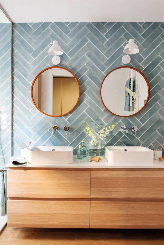 Baño de diseño con doble lavabo y azulejo de espiga en teal
