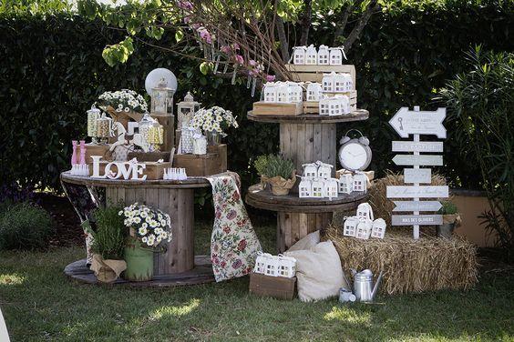 Un matrimonio shabby chic prevede un allestimento, dalla mise en place a tavola alla confettata, con oggetti e accessori vintage.