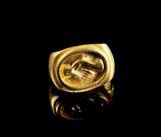 Golden ring with a dextrarum iunction in relief. Roman, 2nd - 3rd century A.D.