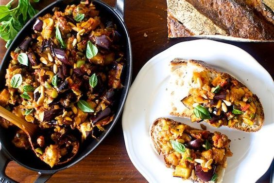 Essa receita de caponata de berinjela é ótima para ser servida como antepasto ou acompanhamento do prato principal! E ainda trás…