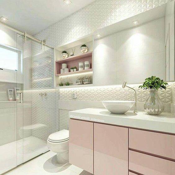 Este é um banheiro de classe. Muito elegante claro com suaves cores e o tom de rosa é lindo. Tudo aqui se destaca mas observe o belo revestimento 3D. Projeto bem sucedido da arquiteta Carol Cantelli. #banheiro #revestimento: