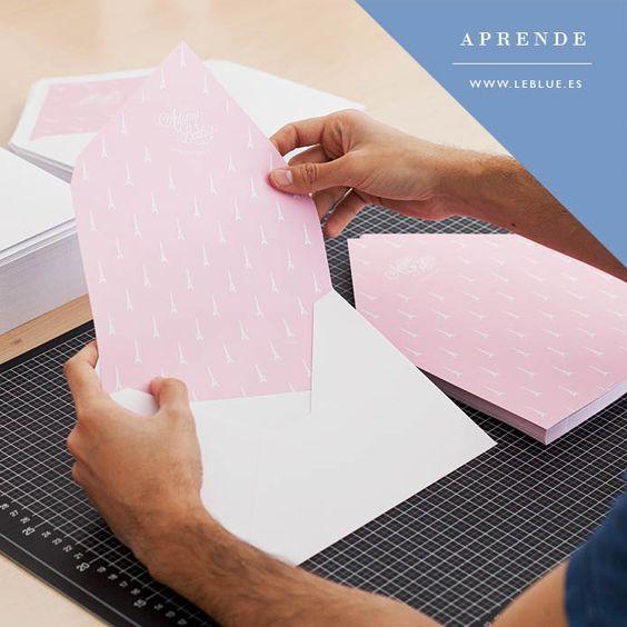 Cómo forrar sobres para las invitaciones de boda o cualquier otro evento de manera fácil, rápida y económica.