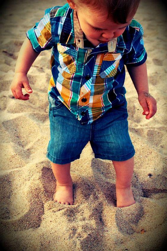 D'un bleu légèrement usé, sa coupe est droite et s'accorde aussi bien avec des styles variés: habillés, branchés ou décontractés. Côté pratique, le short se ferme avec un bouton pression. Et au niveau des proches, pas de panique, le sable ne risque pas de s'infiltrer à l'arrière car ce sont 2 fausses poches passepoilés.