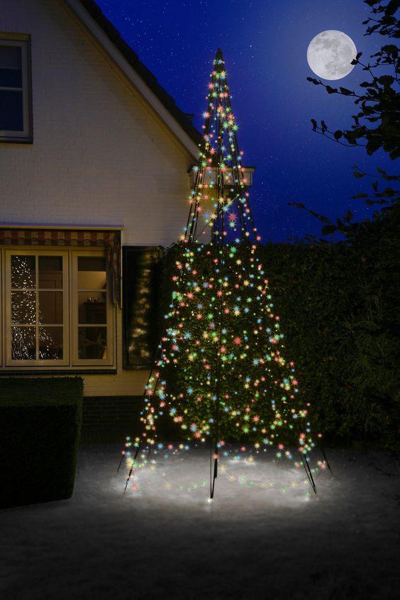 Wil jij tijdens de kerstperiode ook een kerstboom die vrijwel tegen alle weersomstandigheden kan? Dat kan met een vlaggenmast kerstboom van Fairybell. Creëer binnen een handomdraai een mooie kerstboom in je tuin. Gewoon neerzetten, laten twinkelen en genieten maar. Het opzetten duurt niet langer dan 10 tot 15 minuten en kan zonder gereedschap geplaatst worden. De vlaggenmastverlichting bevat 640 twinkelende LED lampjes in de kleur warm wit en ook de aluminium mast om de vlaggenmastverlichting op
