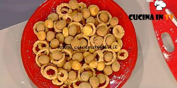 Anelli di cipolla mozzarelline fritte e olive di nonna papera ricetta Moroni La Prova del Cuoco | Cucina in tv