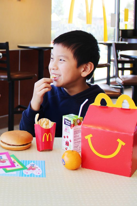 Making silly food faces with french fries and Cuties ®, now included in Mcdonald's Happy Meals ®!