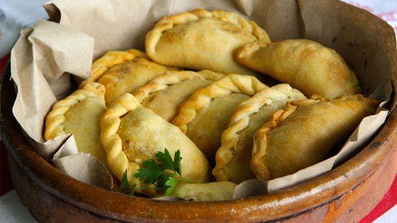 Oggi facciamo le empanadas di verdure! Queste mezzelune di pasta sono una pietanza tipicamente argentina. Ve le proponiamo con verdure e spezie, ma potete sbizzarrirvi con altri ingredienti...  http://lifeg.at/1gzQo64