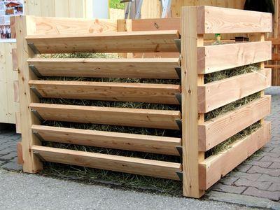 Die Komposter werden mit extra für die Firma SilberHolz angefertigten Eisenteilen versehen. Somit ist der fertige Kompost leicht zu entnehmen.
