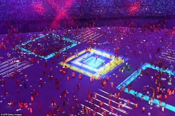 Os dançarinos executam durante a cerimônia de abertura dos Jogos Olímpicos Rio 2016 no est...