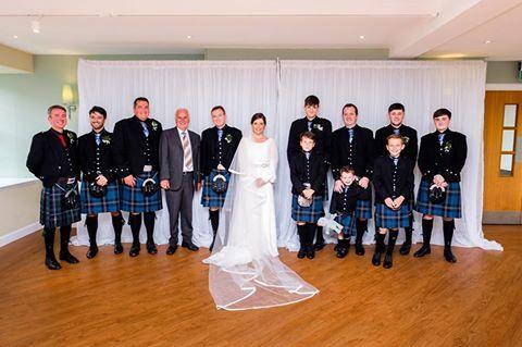 ¡Viva la novia! <3 <3 Muy bien acompañada de kilts escoceses, así de bonita brillo Eva en el día de su boda. ¡PRECIOSA!   #NoviasPepeBotella